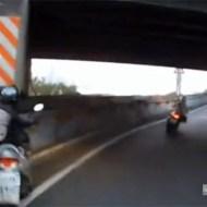 【閲覧注意:事故】バイクでカーブで頭だけコンクリに激突、首がへし折れて死亡