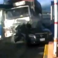 【閲覧注意:車】料金所クラッシャー!!物凄い勢いで突っ込むトラック