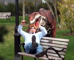 【いたずら動画】もし街中に恐竜がいたらwww年寄りにこれは危険w