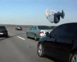【閲覧注意:事故】高速で人を10m以上跳ね飛ばす・・・この速度なら即死・・・