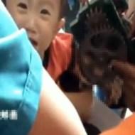 【グロ動画:子供】製麺機に腕を挟まれて泣きまくる子供・・・