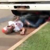 【閲覧注意:事故】トラックにバイクごと下敷きになった男性