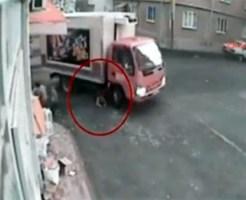 【グロ動画:事故】トラックの後輪にゆっくり轢き殺される少年・・・