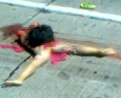 【グロ動画:事故】道路に幼い少女の死体・・・この格好は可哀相過ぎる・・・