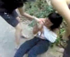 【いじめ】少女1人を4人が服を無理矢理脱がして暴行・・・最低ないじめ映像