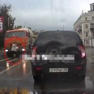 【グロ動画】大型トラックが女性の頭を轢く一部始終・・・