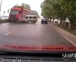 【衝撃】スリップの遠心力でポポポポーンと運転手が飛び出す