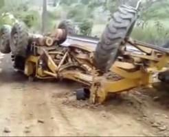 【グロ注意】トラクター横転したら運転手はこうなる・・・