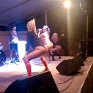 【馬鹿】ステージで大股開きでケツを振るビッチ・・・観客席には・・・