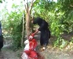 【超閲覧注意】目隠し拘束された男性の首を大型ナイフで切り落とす惨殺映像・・・