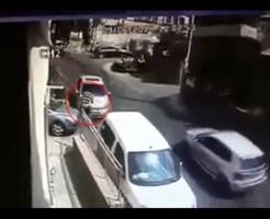【衝撃映像】マフィアの抗争!二回車に轢かれても起き上がる無敵がいる件w