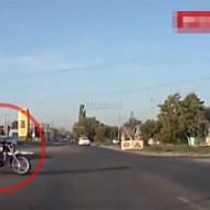 【ハプニング】バイク事故のお手本の様な映像・・・
