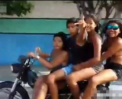【事故映像】車を挑発するバイクに乗った子供4人がざまぁwってなる瞬間w