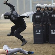 【衝撃映像】SWAT『特殊火器戦術部隊』の逮捕劇がかっこ良過ぎるw
