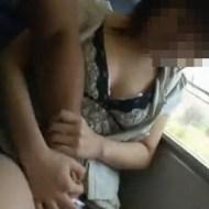 【本物痴漢】隣に座った巨乳JKを大胆に痴漢する流出映像