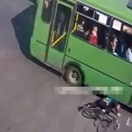 【死亡事故】バスと自転車が衝突・・・頭を踏み潰されました・・・