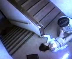 【本物レ●プ】監視カメラに映った非常階段の本物レイプ映像・・・