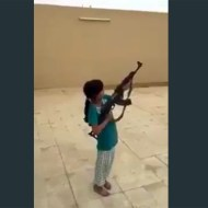【閲覧注意】幼女がAK(機関銃)をぶっ放した結果・・・悲惨なことに