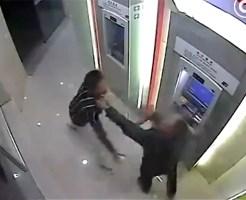 【衝撃映像】ATM強盗に襲われたおっさんが強すぎたwww 動画有り