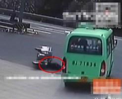【事故死】転倒先が走行中バスのタイヤという不運すぎるデッドエンド不可避な状態・・・ ※動画有り