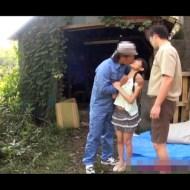 【JSレイプ】公園で遊んでる小○生を汚いおっさん2人がロリマ○コをレイプする鬼畜動画・・・