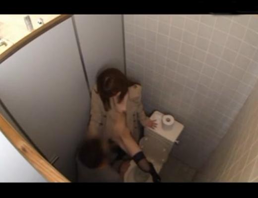【盗撮セッ●ス】裸にトレンチコートを着た痴女と公衆便所のセックス現場www