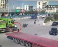 【閲覧注意】自転車に乗っていた男性がダンプカーに踏み潰される