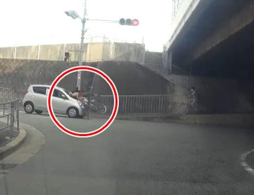 【大阪】衝撃の人身事故。自転車の女性が信号無視の軽に何メートルも吹っ飛ばされる瞬間
