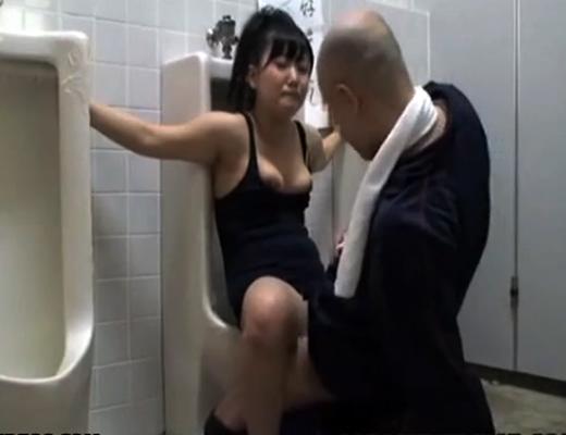 【拘束レ●プ】スク水美少女が男子トイレに拘束され訪れた男達の肉便器にされるwww