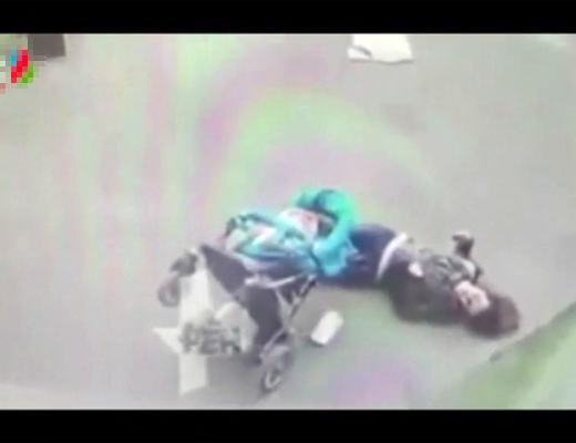 【衝撃映像】ベビーカーを押す美人が一瞬で死体になる・・・