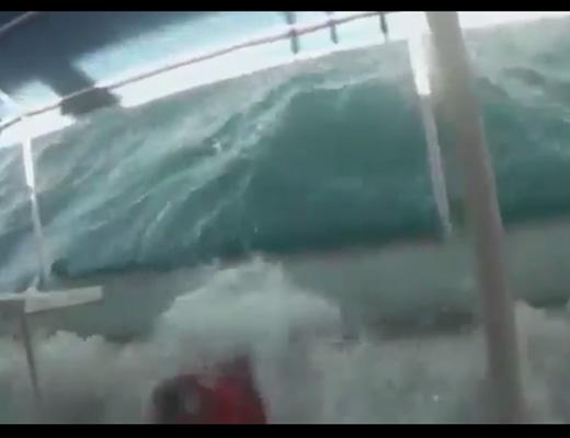 【悲報】俺氏、乗った船沈没して必死で内部撮影試みる・・・