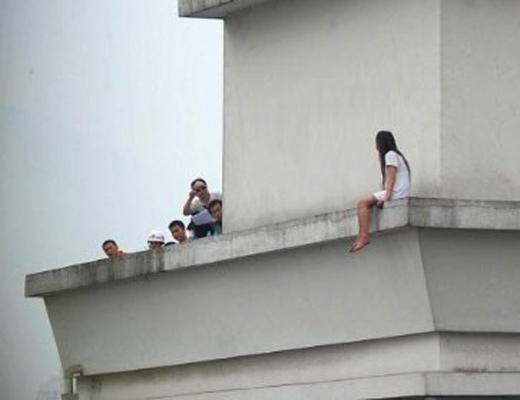 【衝撃映像】マンションの16階から飛び降りてノーダメージの女の子・・・