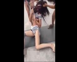 【JK 喧嘩】女の子の服を脱がせながら殴る蹴るの暴行・・・おっぱい見えてるしそれ以上引っ張ったらTバックなってしまうw ※動画