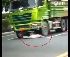 【閲覧注意】バイクで転倒してヘルメット外れて頭踏み潰される1秒前の女の子・・・