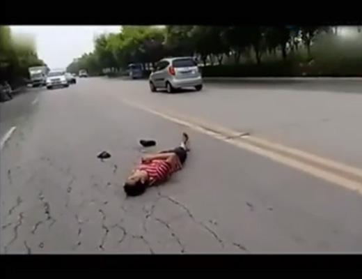 【衝撃映像】逝った?当たり屋が本当に轢かれてメシウマな一部始終が撮影されるwww ※中国