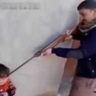 【衝撃映像】うちの子供の教育方針はライフルで脅しながらしていますwww