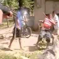 【閲覧注意】ショットガン装備の警官 VS 木の棒持った土人おじさん 木の棒で先制攻撃するも瞬殺KO