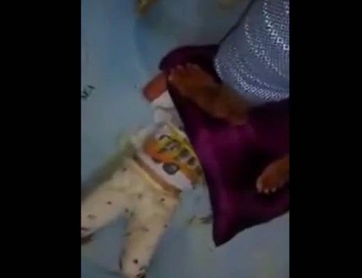 【胸糞注意】我が子を踏みつけて窒息させようとするキチガイ親が自撮りしてるんだが・・・ ※動画