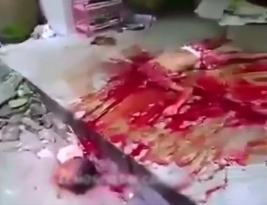 【閲覧注意】我が子二人の首をもぎ取り部屋を血で染め上げ 自ら首吊って死亡するカオスな現場はこちら ※グロ動画