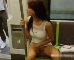 【無修正 エロ動画】電車内でノーパン美女がおマ●コ露出!『氷の微笑』のシャロン・ストーンばりの脚組み替えを披露ww
