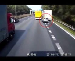 【事故映像】目の前で事故した自動車…止まり切れずそのまま事故車へ突っ込む撮影者・・・