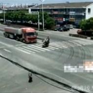 【衝撃映像】猛スピードで走るガソリン輸送車の前に出た結果・・・