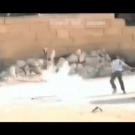 【感動映像】シリア銃撃戦の中、撃たれながら逃げ遅れた女の子を助ける少年勇者