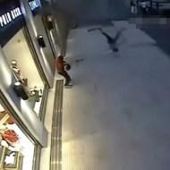 【ショッキング】テロかっ!?と思ったら空から女性が降って来た件