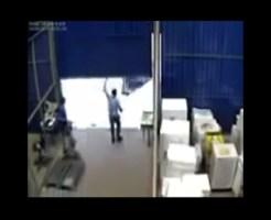 【事故映像】シャッターを上げたら戻ってきた・・・気がつけば友人が潰れてた・・・