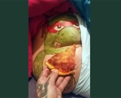 【おもしろ】彼女が寝てる間にケツにピザを突っ込んでみたw