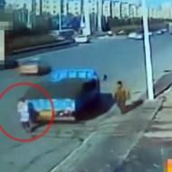 【グロ注意】中国ではバックでゆ~っくり女性を轢き殺していく・・・※閲覧注意