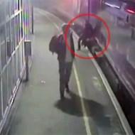 【人身事故】泥酔した男が動いてる電車に突っ込んだ結果・・・
