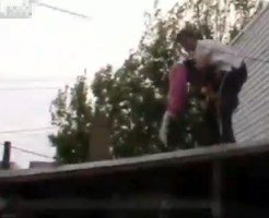 【衝撃映像:馬鹿】屋根上プロレス。投げちゃダメなとこにパワーボムwww