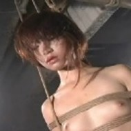 【エログロ】緊縛し首吊りにスパンキングで絶叫と号泣が鳴り響く・・・